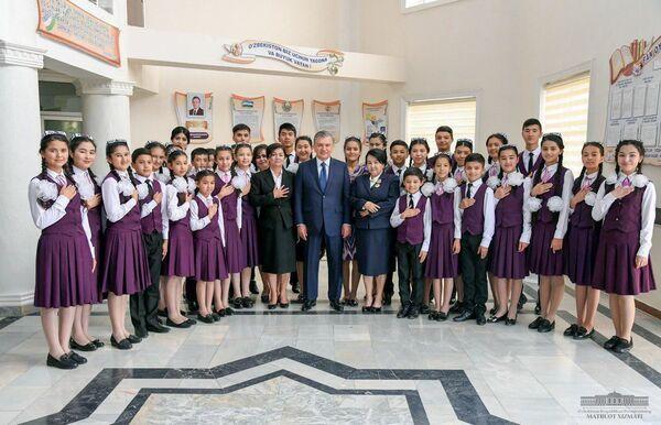 Shavkat Mirziyoyev Andijondagi Muxammad Yusufa nomli maktabda - Sputnik Oʻzbekiston