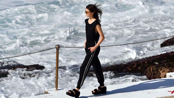Модель на показе австралийского дизайнера Ten Pieces во время Австралийской недели моды в Сиднее - Sputnik Ўзбекистон