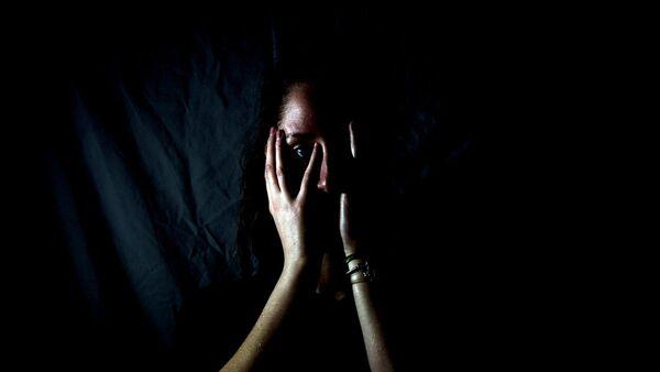 Девушка закрывает лицо руками - Sputnik Узбекистан