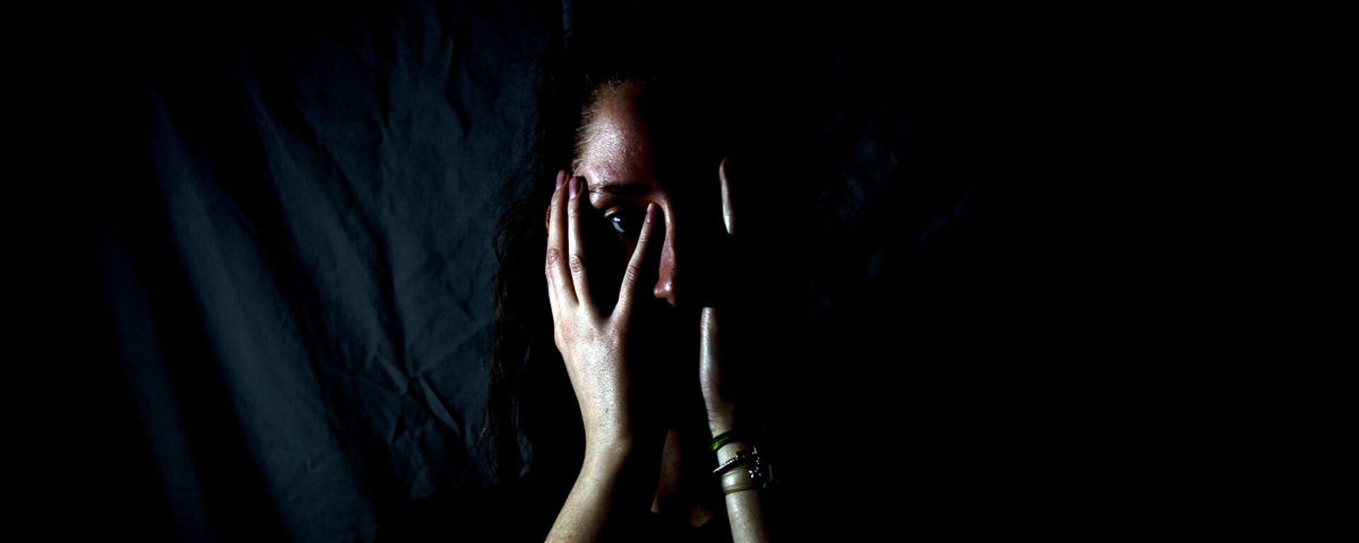 Девушка закрывает лицо руками - Sputnik Узбекистан, 1920, 06.10.2020