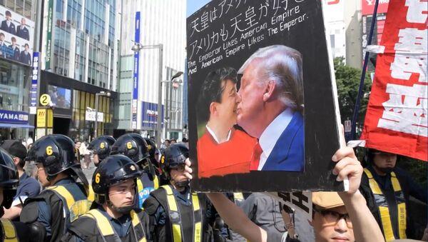 Акции протестов в Японии в связи с приездом Трампа - Sputnik Узбекистан