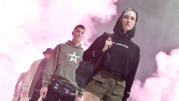 Модели демонстрируют одежду из новой коллекции компании Black Star Wear совместно с сетью магазинов Армия России - Sputnik Ўзбекистон
