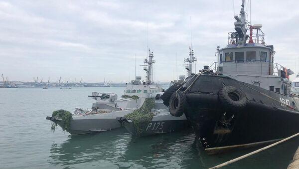 Задержанные украинские корабли доставлены в порт Керчи - Sputnik Узбекистан