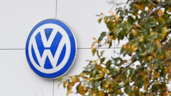 Логотип немецкого производителя автомобилей Volkswagen в автосалоне - Sputnik Узбекистан