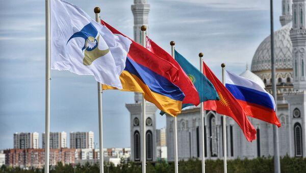 Флаги России, Кыргызстана, Казахстана, Беларуси, Армении, а также с символикой Евразийского экономического союза (ЕАЭС) - Sputnik Ўзбекистон