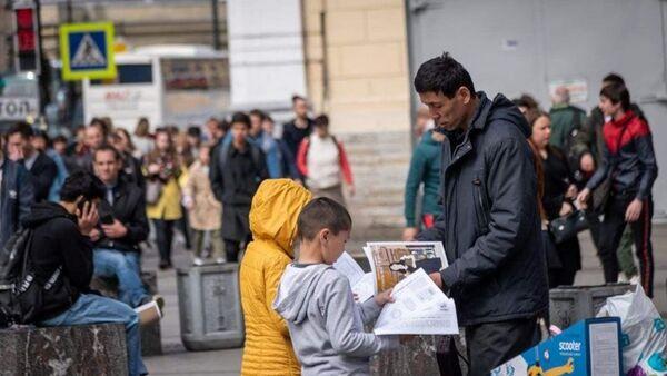 Дети Санкт-Петербурга раздают брошюры мигрантам - Sputnik Ўзбекистон
