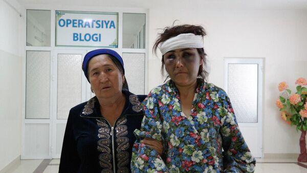 Пострадавшая от побоев мужа жительница Булунгура Зухра Умарова вместе с матерью - Sputnik Ўзбекистон