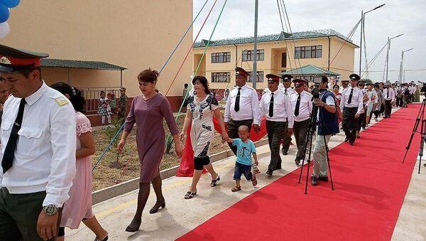 В Сурхандарьинской области состоялись торжества по случаю вручения ключей от новых квартир военнослужащим - Sputnik Ўзбекистон