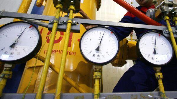 Работник ТЭЦ стоит у монометров в машинном зале - Sputnik Узбекистан