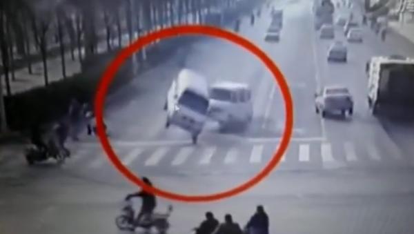 Неведомая сила опрокидывает машины в Китае - Sputnik Узбекистан