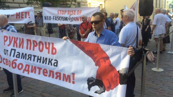 Плакаты и песни: как в Латвии защищают памятники ВОВ - видео - Sputnik Узбекистан