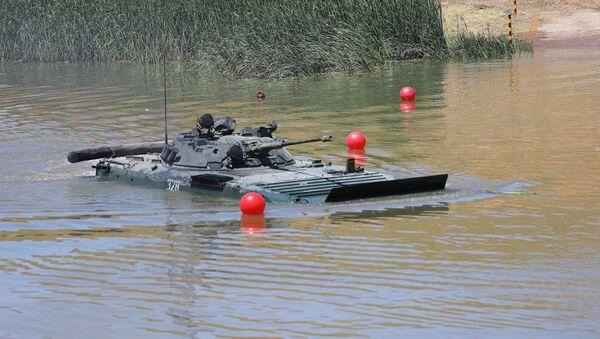 В Чирчике курсанты выполняли упражнения по управлению танками под водой - Sputnik Ўзбекистон