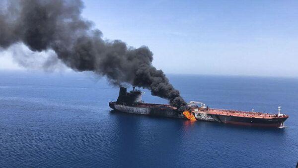 Горящий танкер в Оманском заливе - Sputnik Ўзбекистон
