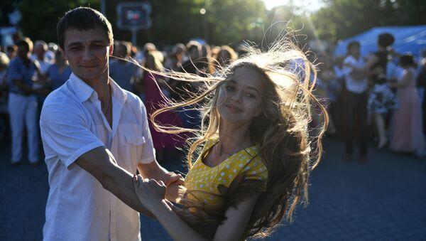 Молодые люди танцуют  - Sputnik Ўзбекистон