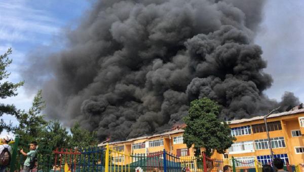 Крупный пожар в Андижане: горит крыша новостройки - видео - Sputnik Узбекистан