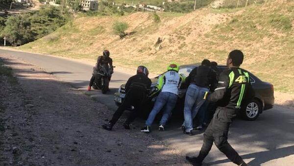 Байкеры помогли паре с детьми, застрявшими на дороге в Чимгане - Sputnik Узбекистан