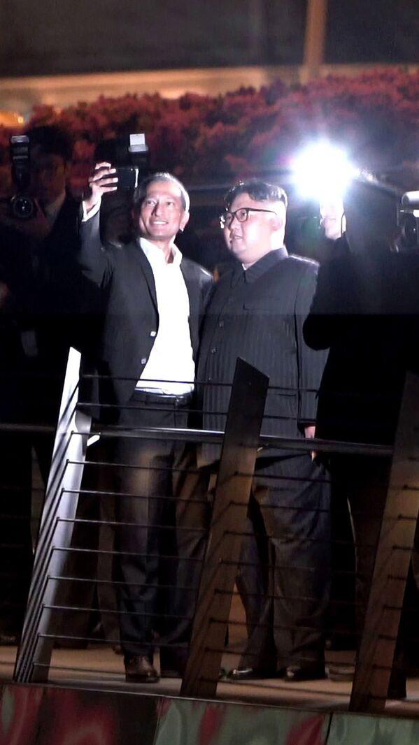 Glava MID Singapura Vivian Balakrishnan vo vremya selfi s liderom KNDR Kim Chen Ыnom  - Sputnik Oʻzbekiston