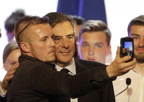 Kandidat v prezidentы Frantsii Fransua Fiyon delayet selfi so storonnikom posle predvыbornoy vstrechi v Tulone - Sputnik Oʻzbekiston