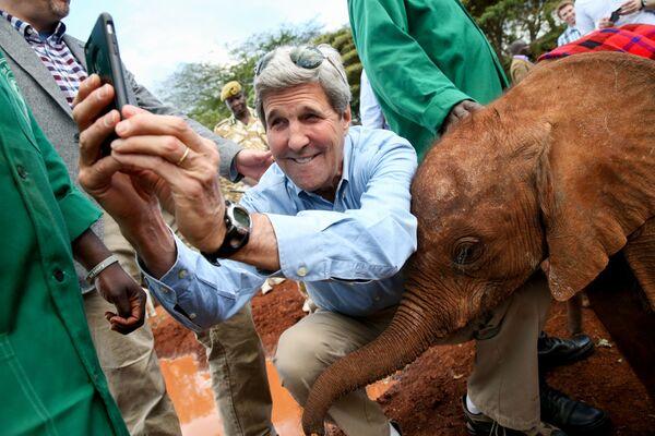 Gossekretar SSHA Djon Kerri delayet selfi so slonenkom v Natsionalnom parke Nayrobi - Sputnik Oʻzbekiston