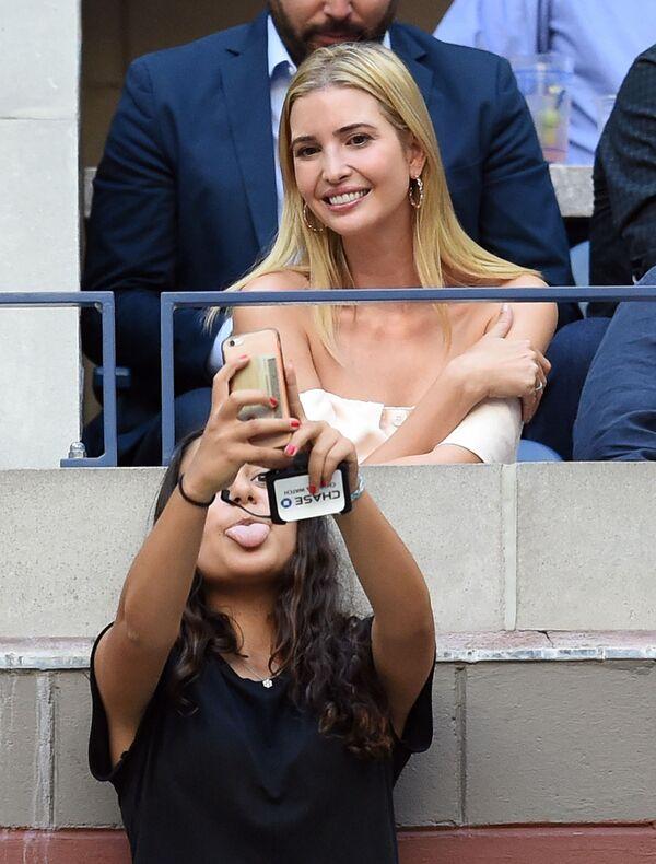 Devushka delayet selfi s Ivankoy Tramp vo vremya tennisnogo turnira US Open - Sputnik Oʻzbekiston