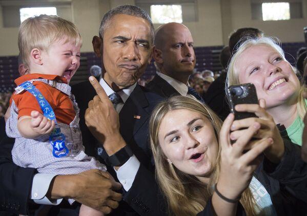Prezident SSHA Barak Obama v okrujenii storonnikov, delayuщix s nim selfi - Sputnik Oʻzbekiston