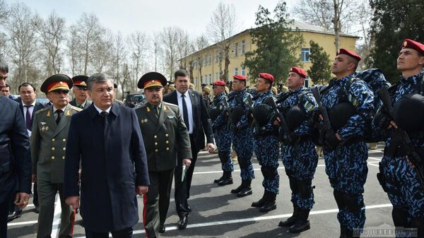 Шавкат Мирзиёев и охрана - Sputnik Узбекистан
