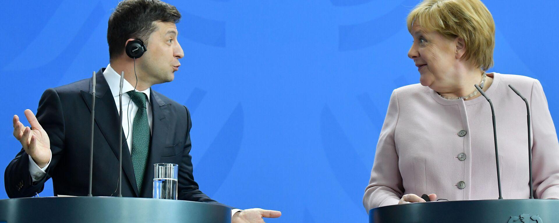 Президент Украины Владимир Зеленский и канцлер Германии Ангела Меркель в Берлине - Sputnik Узбекистан, 1920, 24.07.2021