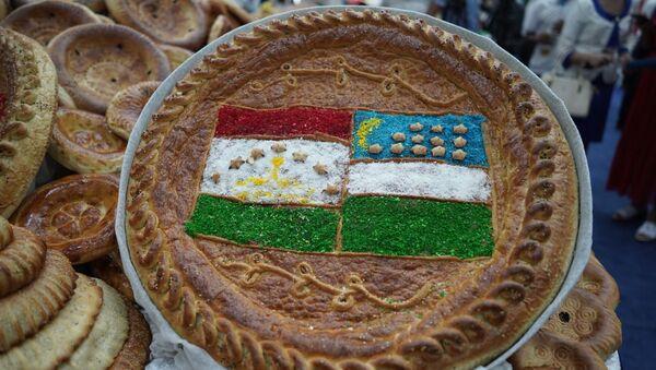 Лепешка с изображением таджикского и узбекского флагов - Sputnik Ўзбекистон