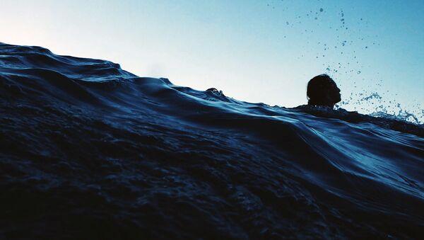 Devushka plavayet v vodoyeme. Illyustrativnoye foto - Sputnik Oʻzbekiston