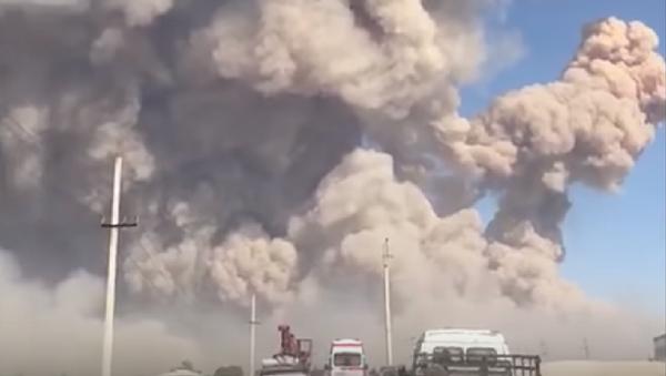 Vzrыvы i panika: voyennыe evakuiruyut mestnыx jiteley - video - Sputnik Oʻzbekiston