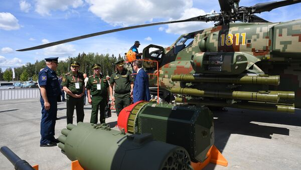 Посетители у образцов вооружения ударных вертолетов Ми-28НЭ на Международном военно-техническом форуме Армия-2019 - Sputnik Узбекистан