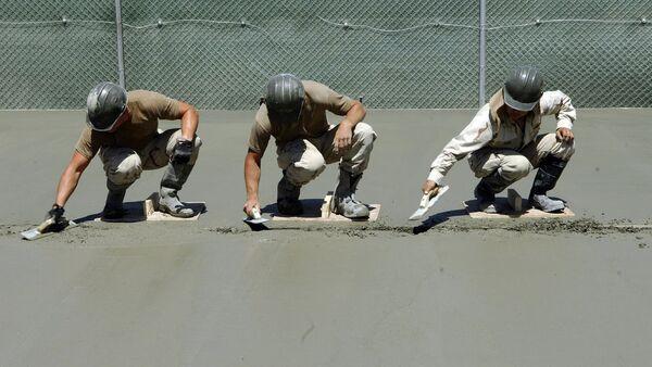 Рабочие цементируют поверхность - Sputnik Узбекистан