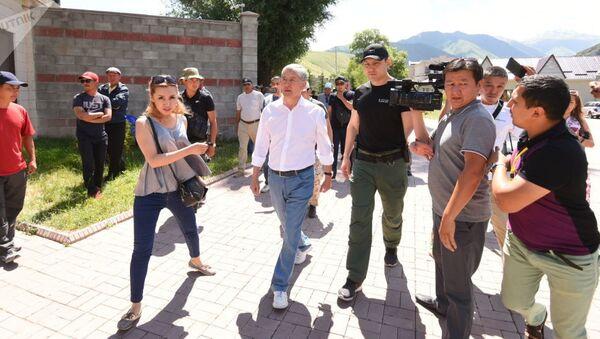 Экс-президент КР Алмазбек Атамбаев около своего дома в селе Кой-Таш где собираются люди - Sputnik Ўзбекистон