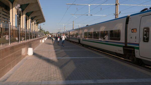 Скоростной поезд Афросиаб на вокзале в городе Самарканд - Sputnik Узбекистан