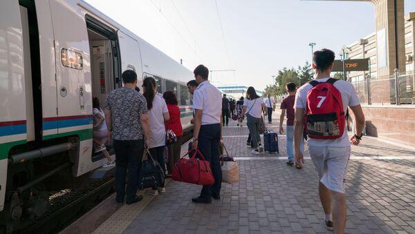 Посадка пассажиров на скоростной поезд Афросиаб на вокзале города Самарканд - Sputnik Ўзбекистон