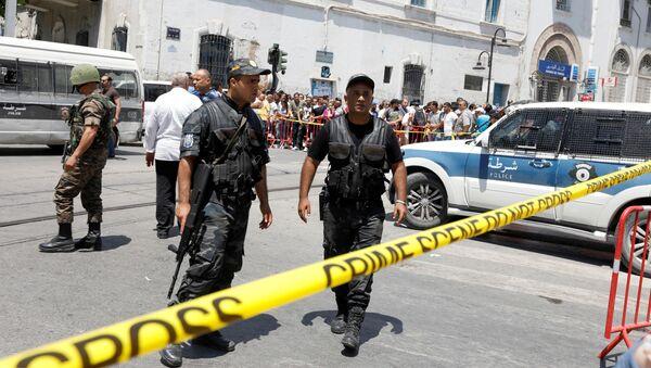 Полицейские на месте теракта в центре Туниса - Sputnik Узбекистан