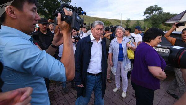 Бывший президент КР Алмазбек Атамбаев после пресс-конференции на территории своего дома в селе Кой-Таш - Sputnik Ўзбекистон