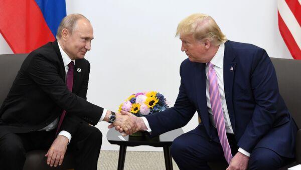 Президент РФ Владимир Путин и президент США Дональд Трамп во время встречи на полях саммита Группы двадцати в Осаке - Sputnik Ўзбекистон
