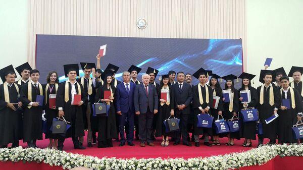 Студентам университета им. Губкина вручили дипломы об окончании Вуза - Sputnik Узбекистан