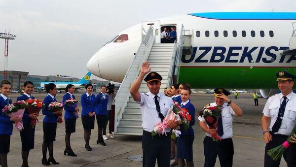 Руководство Узбекистон хаво йуллари и журналисты торжественно встретили новый Boeing 787-8 Dreamliner - Sputnik Узбекистан
