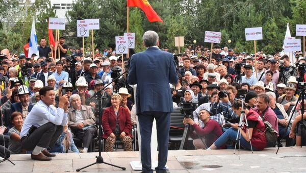 Bыvshiy prezident KR Almazbek Atambayev vыstupayet na mitinge protiv nыneshney vlasti okolo Mediaforuma v Bishkeke - Sputnik Oʻzbekiston