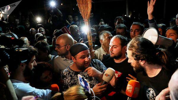 Акция протеста в Грузии у телеканала Рустави2 - Sputnik Ўзбекистон