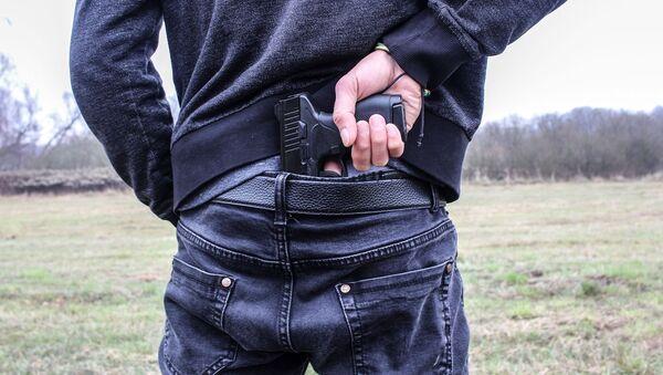Мужчина держит пистолет. Иллюстративное фото - Sputnik Узбекистан