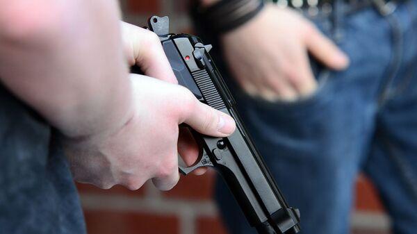 Pistolet v ruke. Illyustrativnoye foto - Sputnik Oʻzbekiston