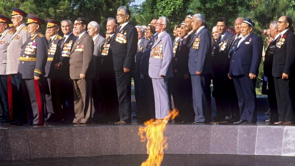 Ветераны Великой Отечественной войны возлагают венки к Вечному огню - Sputnik Ўзбекистон