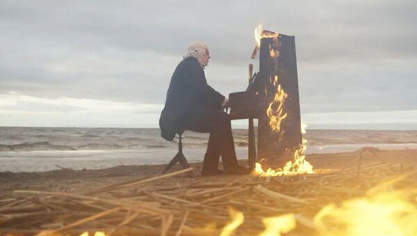 Рукописи не горят, а фортепьяно: пианист сыграл на горящем пианино - Sputnik Ўзбекистон