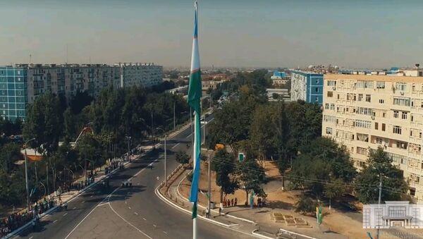 В Ташкенте установили 35-метровый флаг Узбекистана- видео - Sputnik Ўзбекистон