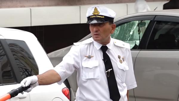 Самый добрый регулировщик-волонтер из Бишкека - видео - Sputnik Узбекистан