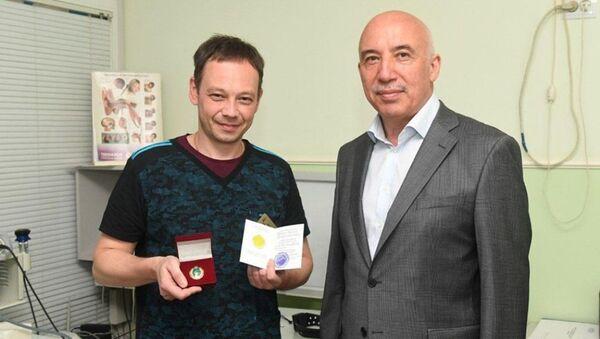 Министр здравоохранения наградил Сергея Тобиаса - Sputnik Ўзбекистон