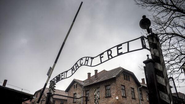 Центральные ворота бывшего концентрационного лагеря Аушвиц-Биркенау в Освенциме - Sputnik Узбекистан
